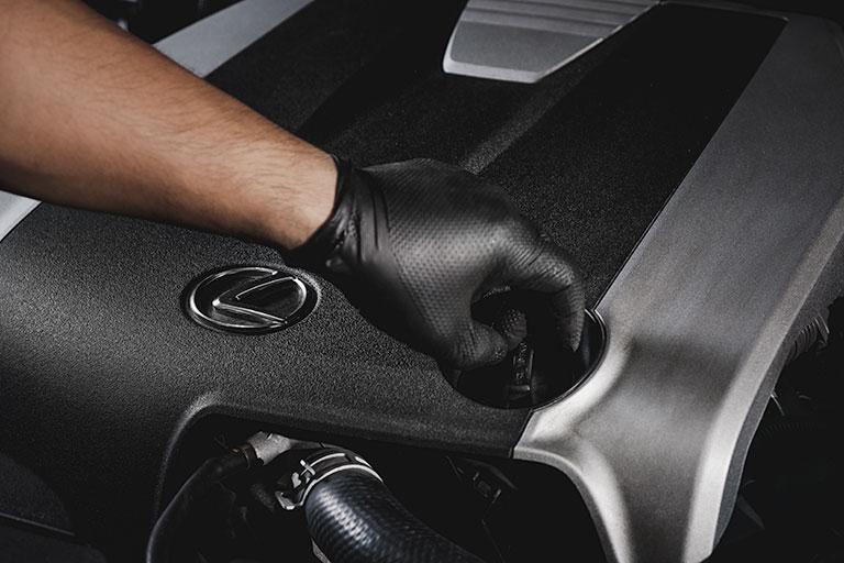 Lexus Mechanic opening oil cap
